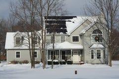 La maison d'hiver avec les panneaux solaires et le Noël tressent Image libre de droits