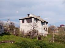 La maison d'une brique blanche sur le complot Image stock