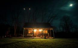 La maison de carlingue dans la terre rurale dans Mésopotamie Ohio Image libre de droits