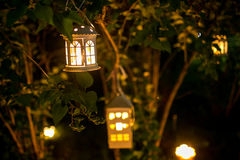 La maison de chandelier sur l'arbre dans le nigth avec la tache floue s'allume Photo stock
