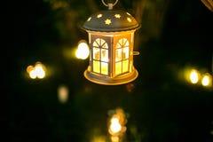 La maison de chandelier sur l'arbre dans le nigth avec la tache floue s'allume Images stock
