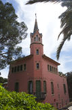 La maison de Gaudi avec la tour en parc Guell le 10 mai 2010 Photo libre de droits