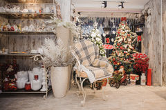 la maison de houx de décor de baies laisse à gui l'hiver neigeux de blanc d'arbre Intérieur rustique de Noël images libres de droits
