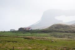 La maison de l'agriculteur dans une zone montagneuse, avec frôler des moutons photographie stock libre de droits