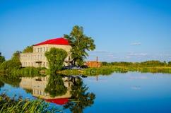 La maison de lac Images libres de droits