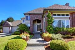 La maison de luxe avec l'équilibre de mur de briques et la belle restriction en appellent Image stock