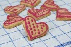 La maison de pain d'épice de coeurs a fait le biscuit Images stock