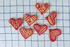 La maison de pain d'épice a fait des coeurs de biscuit Photographie stock libre de droits