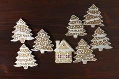 La maison de pain d'épice a fait l'arbre et la maison de Noël de biscuit Image libre de droits