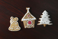 La maison de pain d'épice a fait la cloche de biscuit, l'arbre de Noël et la maison Images stock