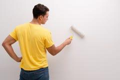La maison de peinture d'homme dans le concept diy Photo libre de droits