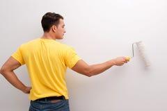La maison de peinture d'homme dans le concept diy Image stock