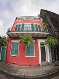 La maison de quartier français avec le vert Shutters le balcon et l'usine pris Photos libres de droits
