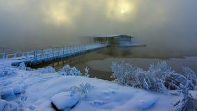 La maison du pêcheur dans le paysage d'hiver de l'eau avec Image stock