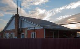 La maison du ` s de Zack est immeuble de brique, paysage de ciel Photo libre de droits
