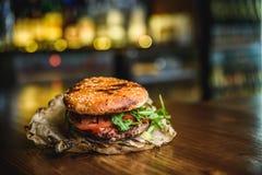 La maison a effectué l'hamburger Images libres de droits