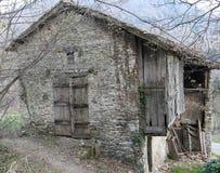 La maison en bois abandonnée font également avec des pierres Photographie stock