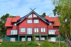 La maison en bois rouge dans Nida, Lithuanie Images stock