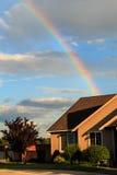 La maison est le pot d'or à l'extrémité de l'arc-en-ciel Photographie stock libre de droits