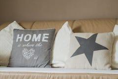 La maison est où le divan de sofa d'oreiller de coeur photo libre de droits