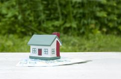 La maison est sur les vingt factures d'euro Photo conceptuelle Immobiliers, investissement, hypothèque images libres de droits