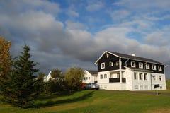 La maison et l'arbre Image stock
