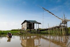 La maison et le bateau en bois du vieux pêcheur près du lac Photographie stock
