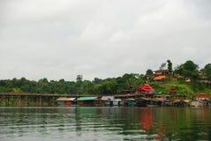 La maison et le fleuve de radeau Image stock