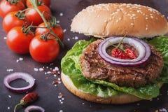 La maison a fait la cuisson d'hamburger Images stock