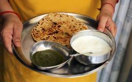 La maison a fait le prantha indien de patato de nourriture avec le lait caillé et le chatni images libres de droits