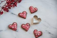 La maison a fait les biscuits en forme de coeur pour le jour de valentines Images libres de droits