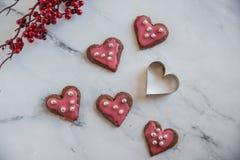 La maison a fait les biscuits en forme de coeur pour le jour de valentines Photo libre de droits
