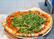 La maison a fait la pizza végétarienne avec l'arugula photographie stock libre de droits