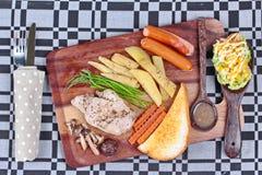 La maison faite, bifteck de porc et légumes mélangés sur le boucher a servi servi avec la garniture de pain de parmesan, saucisse Photographie stock libre de droits