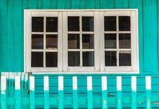 La maison a les fenêtres blanches image libre de droits