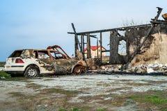 La maison loge l'assurance brûlée par véhicules de voiture Image stock