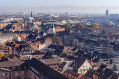 La maison médiévale vive couvre les tuiles rouges et oranges traditionnelles couvertes dans la ville de Strasbourg Images stock