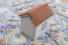 La maison modèle est placée sur les billets de banque de dollar US Images libres de droits