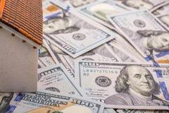 La maison modèle est placée sur les billets de banque de dollar US Images stock