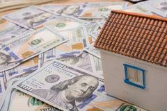 La maison modèle est placée sur les billets de banque de dollar US Photos stock