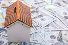 La maison modèle est placée sur les billets de banque de dollar US Image stock