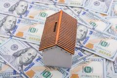 La maison modèle est placée sur les billets de banque de dollar US Photo stock