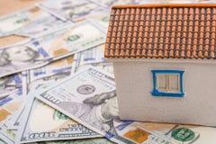 La maison modèle est placée sur les billets de banque de dollar US Image libre de droits