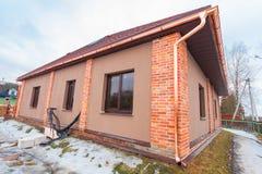 La maison moderne avec la terrasse est transforment en construction et matériau de construction pour la rénovation photo libre de droits