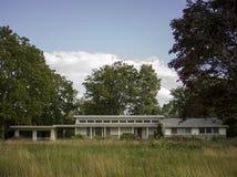 La maison moderne maintenant abandonnée Image libre de droits