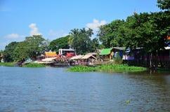 La maison ou les maisons de bord de mer s'approchent du canal Images stock