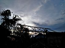 La maison qui a été construite dans le coucher du soleil images libres de droits