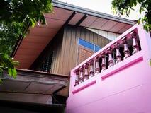 La maison rose de cru à rural photo libre de droits