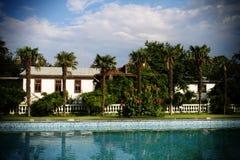 La maison se tient près de la piscine Images stock