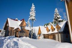 La maison Snow-covered est en montagnes carpathiennes Photos libres de droits